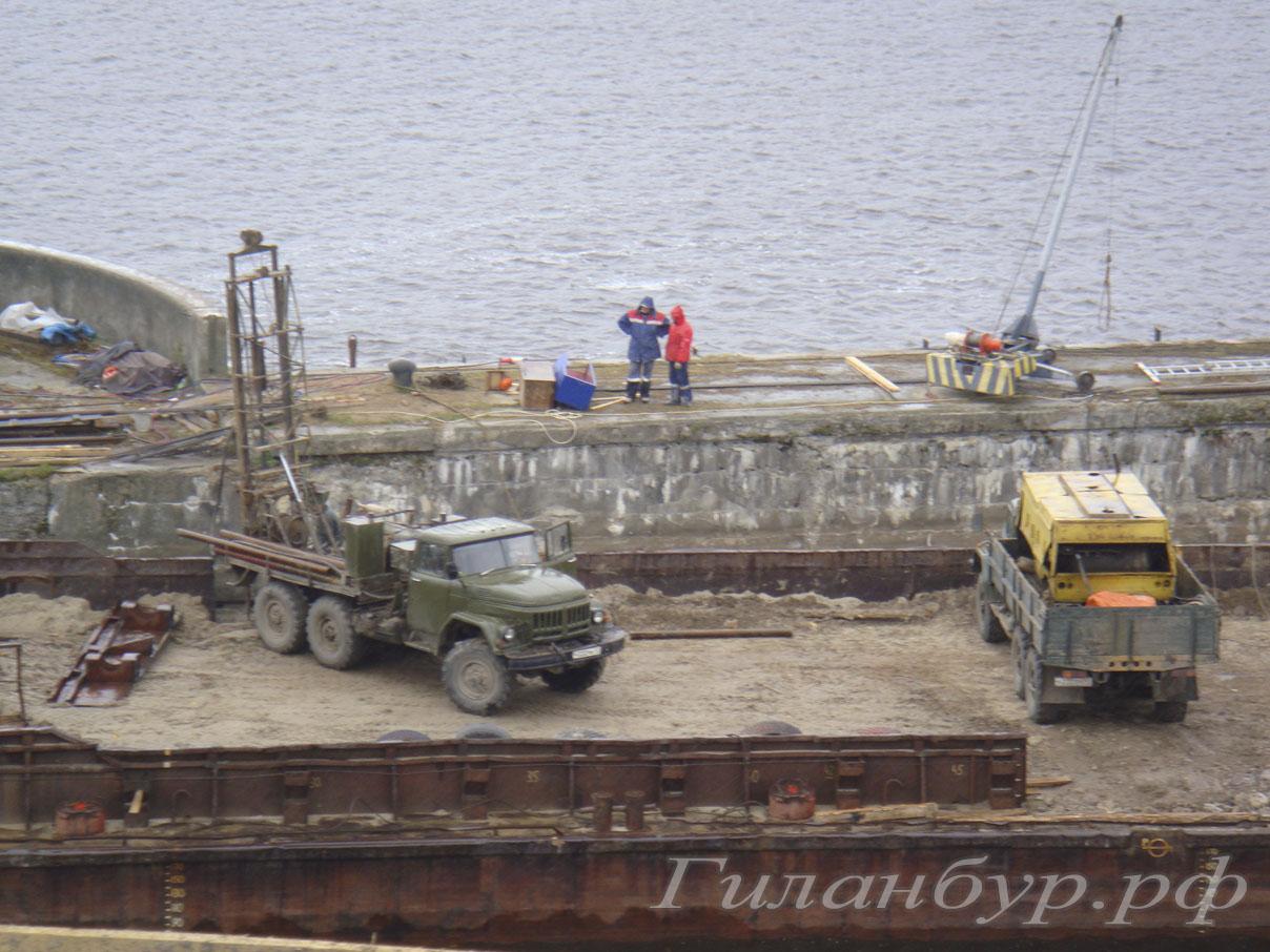 буровые работы на реке в Ленинградской области